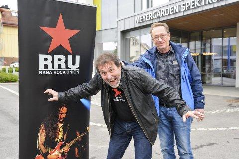 RRU: Rana Rock Union står bak RAMP, hvor Øystein Bentzen (t.v.) har fått blant annet tidligere politikonstabel Knut Haugen, som står og holder han i nakkeskinnet, til å stille opp på 70-talls show.Foto: Lisa Ditlefsen