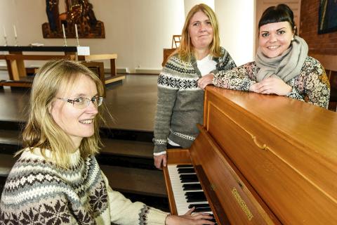 Oddrunn Solberg, Lisa Bohlin og Marina Osmo gleder seg til å høre gospelkor i Gruben kirke.