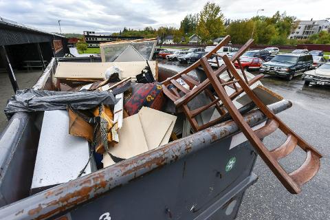 UVEDKOMMENDE: I løpet av helga har uvedkommende sett sitt snitt til å bli kvitt avfallet sitt ved å fylle opp containeren til Klosterbarnas forening. Foto: Øyvind Bratt