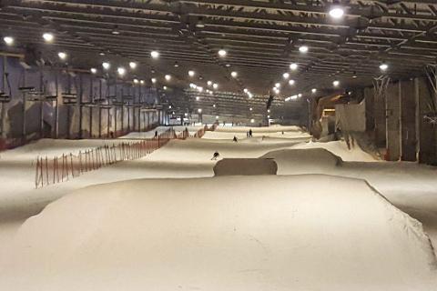 INNENDØRS: Hit, til Snow Arena i Litauen, skal lokale alpinister tilbringe deler av høstferien for å trene slalåm. Her vil de også treffe på en rekke verdenscupalpinister som forbereder sesongen. Foto: Privat