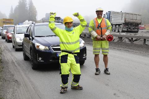 Fred Jørgen Holte tar en liten jubelrunde etter å ha hjulpet Hæhres Odd-Erik Frydenlund med å fortelle bilistene hvorfor de må vente i kø.