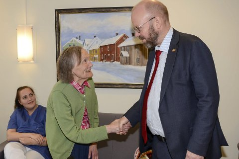Velkommen: Hildur Jonassen (90) ønsker ordfører Geir Waage velkommen til   hennes nye hjem, Selfors nye sykehjem. Foto: Arne Forbord