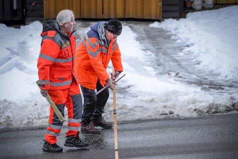 UNDERSØKER: Statens vegvesens Leif Petter Bratbakk og Ole Magnus Paulsen var på stedet for å gjøre undersøkelser onsdag.