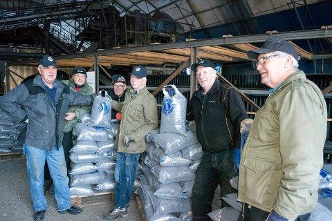 Kollbjørn Edvardsen (f.v.), Einar Mikalsen, Arnfinn Øverdal, Bjørnar Strømhaug, Magnus Ingebrigtsen og Benoni Jensen har lagt ned litt av en innsats for å få sand i sekker.