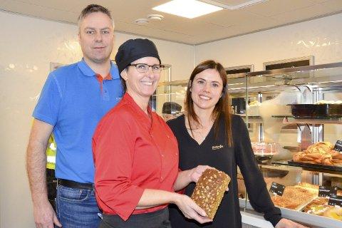 Mer å velge i: I nye og større lokaler er også vareutvalget utvidet, melder Bakeriets driftssjef Gunnar Kalstad og markedssjef Tina Østrem, samt Bakeriutsalgets daglige leder, Lena Hæg (foran).