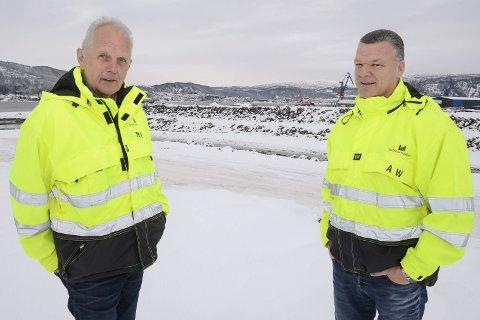 SAMHANDLING: Mo Industripark går i bresjen for å få etablert en intermodal terminal i Rana nært den planlagte dypvannskaia. Det er en godsterminal hvor det foregår samhandling mellom ulike transportmedier som vei, jernbane og sjø. – Det haster å få denne nye infrastrukturen for effektiv transport på plass, sier prosjektleder Rolf H. Jenssen og eiendomssjef Arne Westgård i MIP.