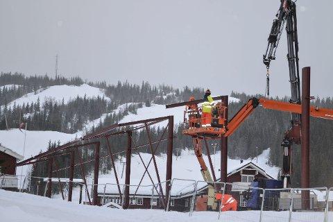 REISER SEG: Monteringen av stålkonstruksjonene på den nye ishallen på Skillevollen er i gang.