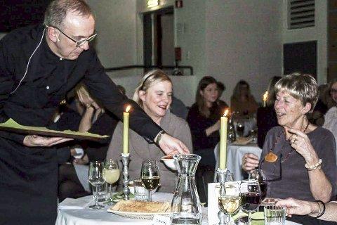 Inne i varmen: Helga Vargdal får servert Gulasj av sommelier Jan Terje Fossland.