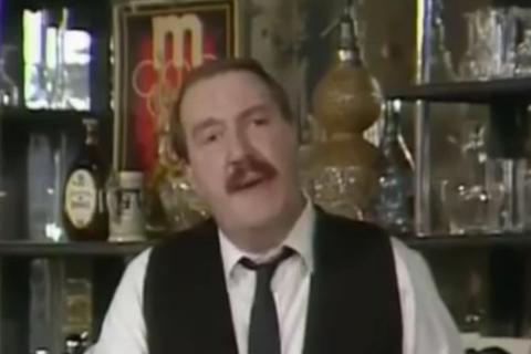 Gordon Kaye som René Artoios i 'Allo 'Allo. (Skjermdump fra YouTube).