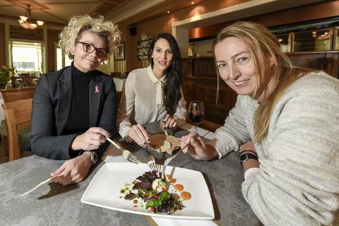 Festmat: Pia Olsen, Karina Solheim og Trine Rimer fra Ranaregionens Næringsforening har smakt på maten til årets Gallaria. Den skuffet ikke. FOTO: Øyvind Bratt