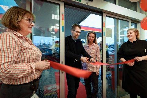 ÅPNET: Thomas Støkken var storfornøyd med å få åpne den nye stasjonen til driver Trine Gabor i Svortdalen. Ellen Haugane (t.v.) og Teresia Claesson gleder seg til fortsettelsen.