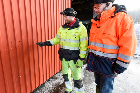 Thomas Lian Andersen viser ordfører Geir Waage hvor høyt elva nådde torsdag kveld.
