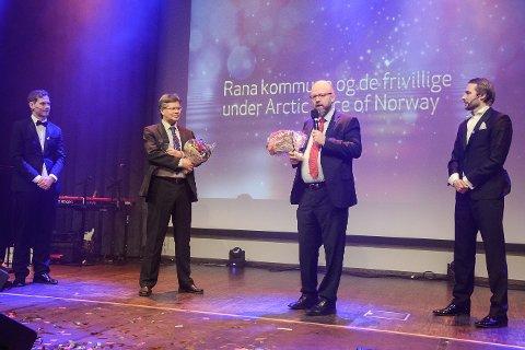 Tradisjon tro er det ordføreren som deler ut prisen til årets Rana Ambassadør. Ordfører Geir Waage ante ikke at kommunen og de frivillige i forbindelse med Arctic Race of Norway skulle få prisen, som ble tatt i mot av teknisk sjef jan Erik Furunes.