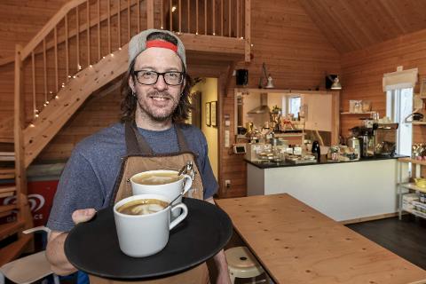 SATSER PÅ KAFFE: Det skal være god kvalitet på kaffen hos Ola Söderlund i Tärnaby. Nå har de fått utmerkelse i kro-guide. Foto: Øyvind Bratt