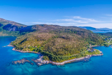Eiendommen på Hundholmen ved Kjøpsvik i Tysfjord har en prislapp på drøye 8,5 millioner kroner.