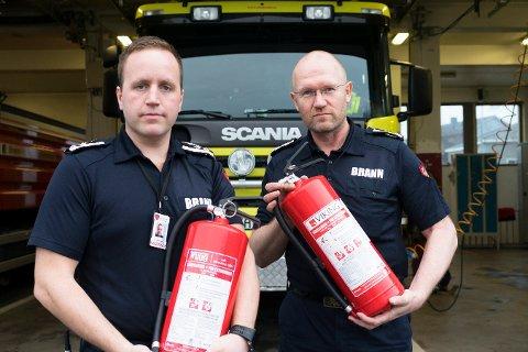 STANDARD: Brannsjef Cato Johannesen (t.v.) og feierinspektør Bjørn Kvitnes presiserer at standarden på utstyret som dørselgerne leverer holder kravene man har for slukkingsutstyr.