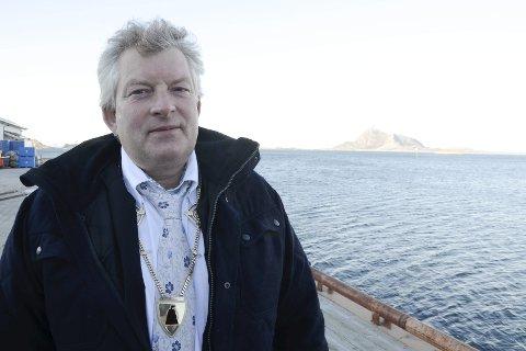 POSITIV: Ordfører Carl Einar Isachsen i Lurøy liker at det går mot en realisering av et ferjeleie på Tonnes. Foto: Arne Forbord