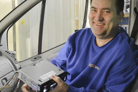 MONTERER: Thor Jensen hos BilXtra monterer radioer og adaptere i biler hver dag før omleggingen til DAB+. Det finnes mange alternativer for å få lyd i bilen, også neste uke.Foto: Viktor Leeds Høgseth
