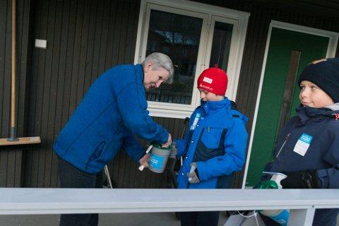 Jon-Magnus Ås Kvitnes får penger i bøssa av Rønnaug Aas. Til sammen fikk Jon-Magnus og Kristian Furuheim 758 og 906 kroner i bøssene sine.