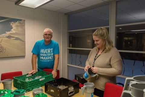 Innsamlingsgeneral Stein Erik Hovind sammen med Ida Evensen som åpner bøsser og sorterer sedler fra mynt.
