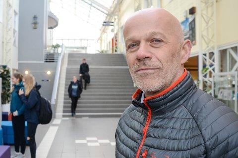 – Vi merker at en del elever nå kommer for seint til skolen og at de er redde for å ikke rekke bussen hjem, sier rektor Thomas Skonseng ved Polarsirkelen videregående skole.
