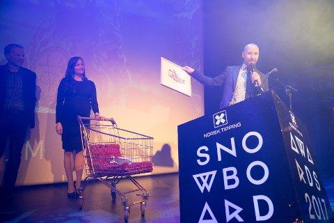 Emil Fossheim mottar prisen fra Lisa Mari Watson i Snowboardforbundet og Norsk Tippings Pål Enger.