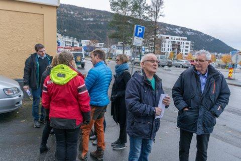 Nabo til det planlagte bygget Torstein Hanssen i samtale med Jan Erik Arnøy (Ap).
