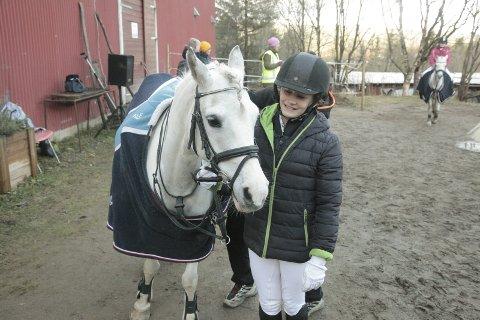 Godt miljø: Hele seks jenter i klassen til Ine Kristin Solli driver med hestesport. Godt miljø er en av grunnene til det. Foto: Stian Forland