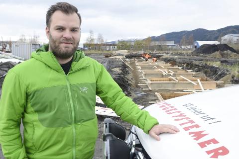– Det skal bli godt å få et funksjonelt lagerbygg å ha alt utstyret inne i. Til våren flytter vi inn i nye lokaler i Mellomvika, sier daglig leder Lars-Marius Haldorsen i Byggesystemer Helgeland AS.