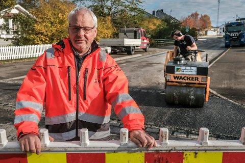 - Så lenge det legges asfalt her i Lars Meyers gate, kan ikke bussen benytte stoppestedene i denne gata, sier Gunnar Brattli, leder for veiavdelingen i Bydrift i Rana kommune.