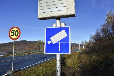 SER DEG: Nå settes det opp kamera på grensen mellom Norge og Sverige på E12. På den måten kan tollerne se hva som foregår, hele døgnet. Foto: Viktor Leeds Høgseth