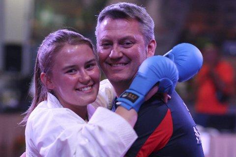 Mester: Kerstin Regine Michalsen jubler sammen med sin trener og far, Espen Karlsen. Kerstin gikk helt til topps under verdensmesterskapet i karate. Foto: Jan Magnus Davidsen