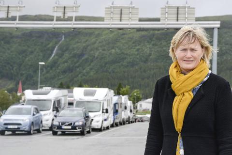 SAMFERDSEL: Veier og trafikk blir viktige saker Hanne Davidsen og politikerkollegaene på Indre Helgeland skal diskutere i årene framover. Her fra i sommer da fergetrøbbel rammet Nesna.