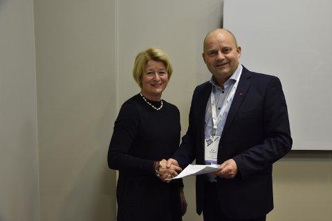 Arve Ulriksen (MIP) og Anne Husebekk (UIT) har underksrevet en samarbeidsavtale der ett av målene er en informatikkutdanning på Mo.