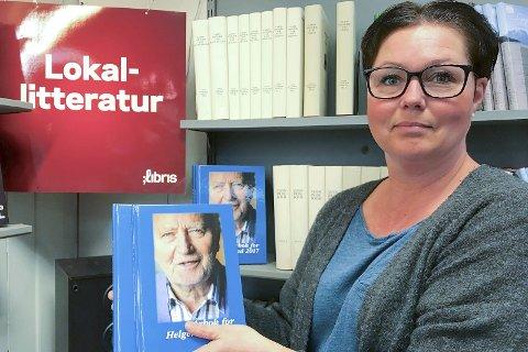 Årboka: Bokhandler Ann Kristin Moen, viser fram Årbok for Helgeland 2017, som nå er i bokhandelen.Pressefoto