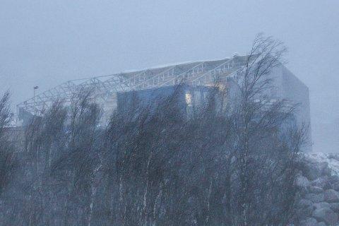 Den sterke fallvinden totalskadde verkstedhallen til tunnelselskapet PNC Norge ved Olvikvatnet.