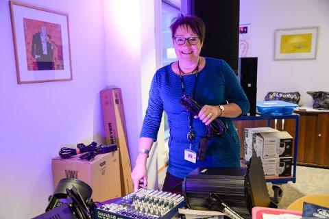 Biblioteksjef Rita Jøgensdatter leker seg med masse nytt tekniskutstyr til som Rana bibliotek har kjøpt inn til Bokdagen 2017.