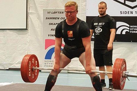 MESTER: Gabriel J. Mjelle ble Norgesmester i sitt første NM med utstyr. Foto: Rana Kraftsportklubb