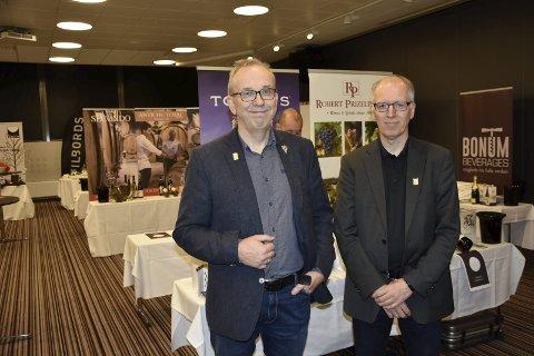 VIN: Jan Terje Fossland og Svein Arne Solbakk foran ett av bordene i Spektrum. Totalt stilles det klart 250 viner til smak og lukt for vinelskende ranværinger under Vin i Rana. Foto: Viktor Leeds høgseth