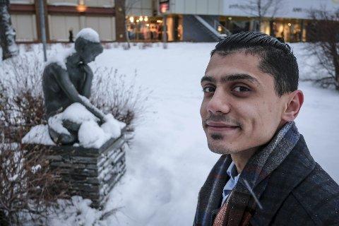 Kunst som møtepunkt: Irakisk Farooq Isam Qasim tror at kunsten kan være et fint møtepunkt for folk fra forskjellige land. Han ønsker nå å samle alle skulpturene i Rana i en informasjonsfilm.Foto: Øyvind Bratt