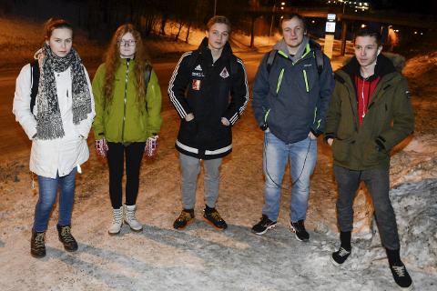 På grunn av at skolebussen ikke holder rutetabellen fra Dalsgrenda og inn til Mjølan kommer Nora Lerdalen (t.v.) Marie Pedersen, Fredrik Riise, Rasmus Grønning og Leander Bang konstant for seint på skolen.