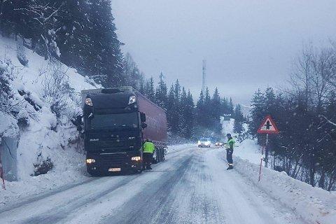 BUSTNESLIA: Ikke et uvanlig syn på FV12 i Bustneslia vinterstid. Hver gang veien er stengt, på grunn av trailere eller andre trafikkuhell koster det samfunnet betydelige summer.