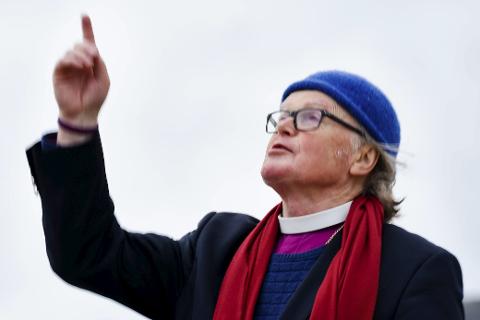 Tidligere biskop Tor B. Jørgensen liker å være prest. Han er årets juleengel i kirka i Træna og Lurøy.