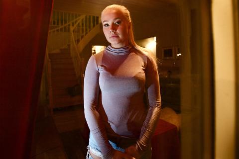 Hun vet hun er alene i huset, men hører knirking i trappa og ser skikkelsen av en mann komme inn på soverommet. Anna Silje Danielsen er hardt rammet av lidelsen søvnparalyse.