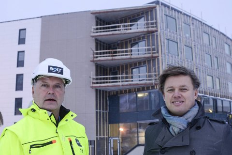 SIGNALBYGG: – Med vårt signalbygg i O.T. Olsens gate er vi med og forandrer bildet til byen. Dette er et godt prosjekt for oss. Nå skal vi i Bolt Construction rendyrke det å bygge og ha god styring av prosjektene våre, sier administrerende direktør Per Nygaard og styreleder Christer Johnsen. Foto: Arne Forbord