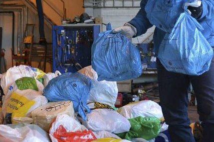 PLAST: Hos HAF samler man inn plast i blå poser.