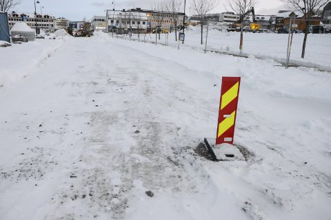 GRUS: Øijord & Aanes håper fikse O.T. Olsens gate slik at det blir en farbar grusvei før juleklokkene ringer.Foto: Arne Forbord