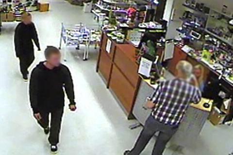 OVERVÅKINGSVIDEO: Gjerningspersonene ble fanget opp på et overvåkingskamera da de var innom butikken i Hattfjelldal og skulle ta ut penger på de stjålne kortene. Foto: Coop Hattfjelldal/Politiet