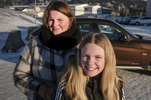 Får ikke være med: Til tross for at det likevel går en «skolebuss» med bare én elev ombord mellom Åga og Lyngheim, må 7.-klassingen Ane Madikken kjøres til og fra skolen av mamma Lisa Mari Fagerheim.