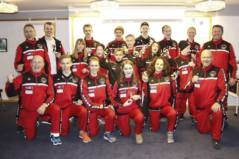SUPER GJENG: Rana karateklubb leverte «varene» da de deltok i Boden Open i Sverige i helga. Beholdningen ble åtte seire, fire andreplasser og åtte tredjeplasser. Foto: Privat